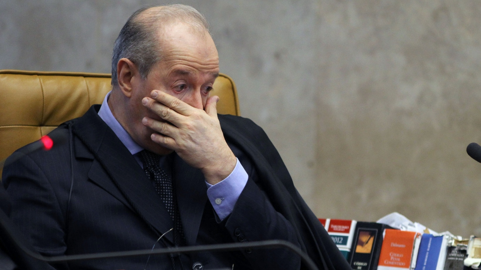 1.out.2012 - O ministro Celso de Mello acompanha a retomada do julgamento do mensalo, no STF, em Braslia. O ministro Dias Toffoli votou pela condenao de trs rus ligados ao ex-PL, atual PR