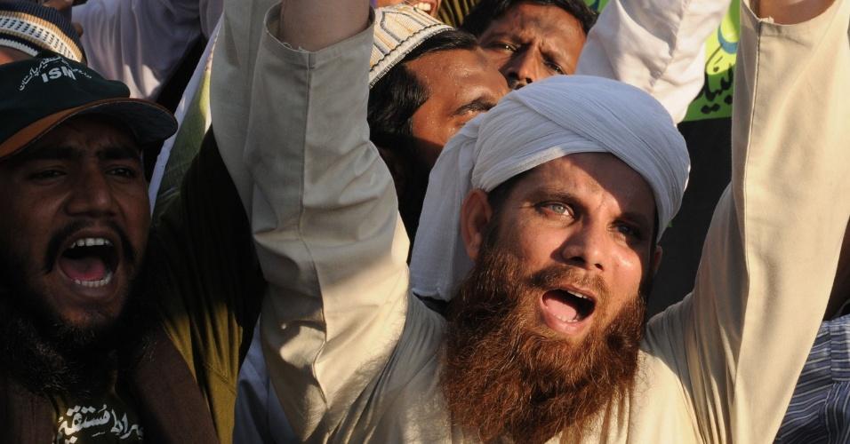1.out.2012 - Paquistaneses entoam gritos contra os Estados Unidos em protesto contra o filme norte-americano que satiriza o profeta Maomé, em Lahore, no Paquistão