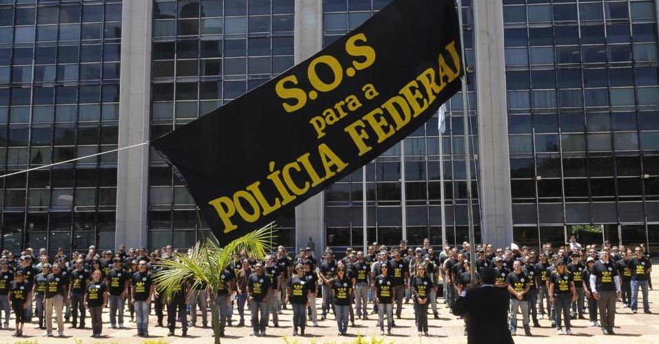 1º.out.2012 - Servidores da Polícia Federal realizam ato simbólico em frente ao prédio sede da entidade em Brasília (DF)
