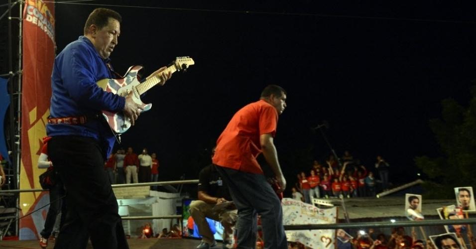 30.set.2012 - O presidente venezuelano e candidato à reeleição, Hugo Chávez, toca guitarra durante evento de campanha na cidade de Cabimas, na Venezuela