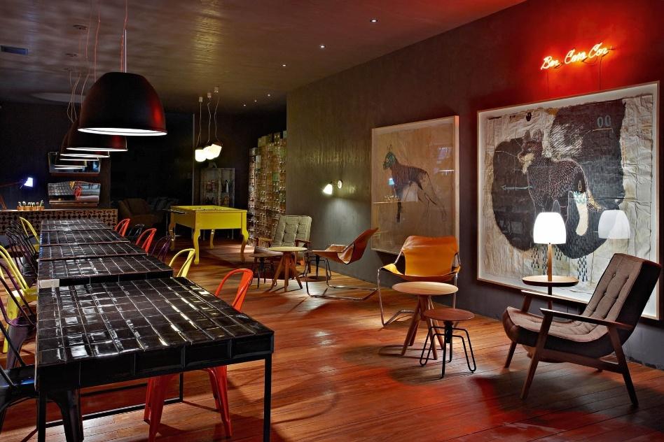 A arquiteta Ana Bahia assina o Bar com iluminação focada sobre as mesas - de jogo ou para bebericar -, além de um espaço lounge que conta com luzes baixas, apesar de focadas. A Casa Cor MG fica em cartaz até 16 de outubro de 2012, em Belo Horizonte