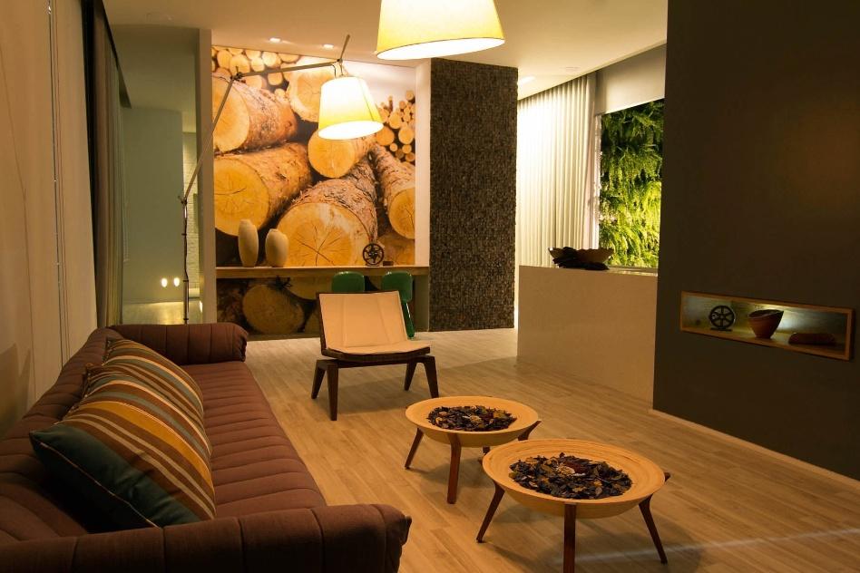 A arquiteta Hosanna Rodrigues Silva projetou a Casa Sustentável com estrutura ecorresponsável. Na iluminação decorativa foram utilizados LED´s, enquanto A energia gasta é produzida pela própria casa por sistema de células fotovoltaicas. A Casa Cor MG fica em cartaz até 16 de outubro de 2012, em Belo Horizonte