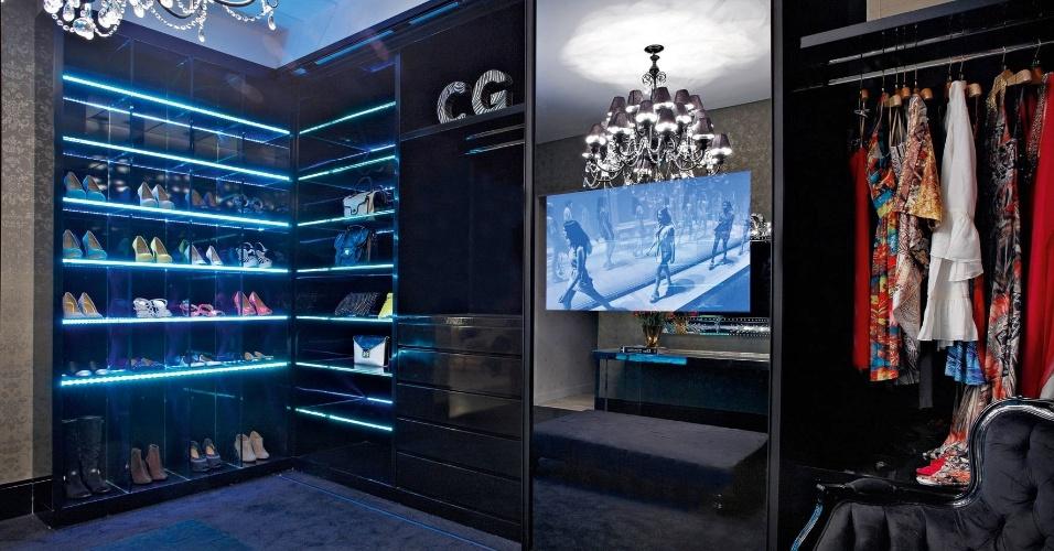 Arquiteta e designer Camile Guedes criou o Quarto de Vestir da Mulher, com armários em laca preta iluminados internamente por sistemas LED. A Casa Cor MG fica em cartaz até 16 de outubro de 2012, em Belo Horizonte