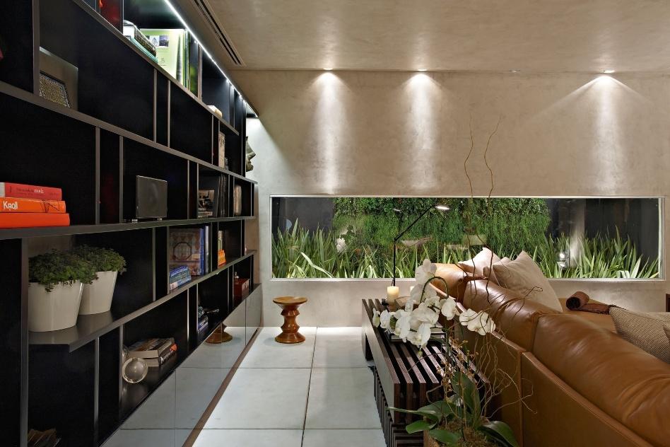"""A Soft Room de Ana Paula Carneiro tem iluminação comedida, que dá destaque ao """"aquário"""" de plantas que corta uma das paredes. A Casa Cor MG fica em cartaz até 16 de outubro de 2012, em Belo Horizonte"""