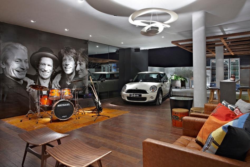 """A """"Garage Band"""", de Adriana Ferreira, conta com pontos de luz embutidos e direcionados, além de uma luminária moderna que despeja luz indiretamente no espaço e lembra o movimento dos móbiles. A Casa Cor MG fica em cartaz até 16 de outubro de 2012, em Belo Horizonte"""