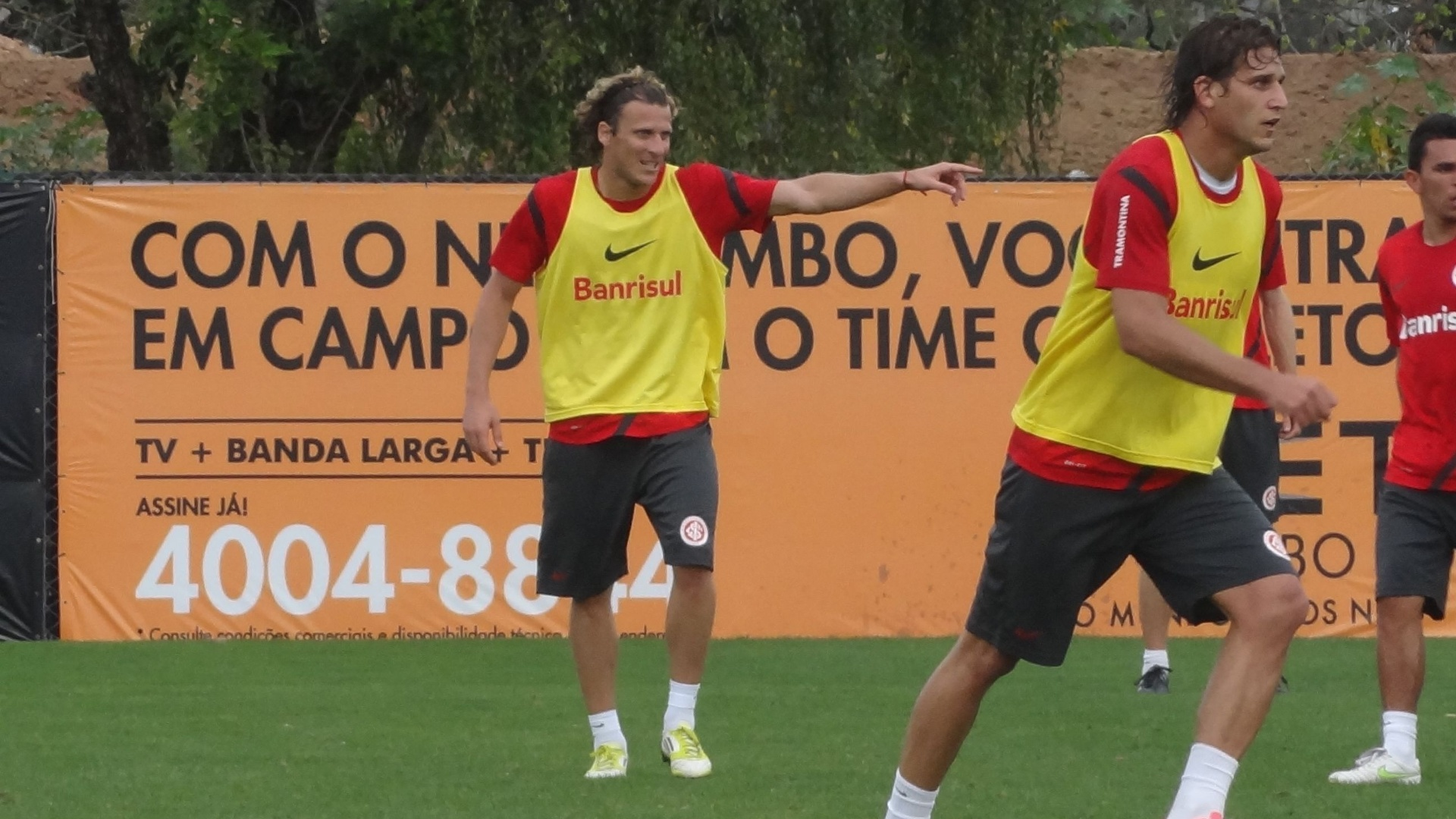 Atacante Diego Forlán gesticula durante treino do Inter no CT do Parque Gigante (01/10/12)