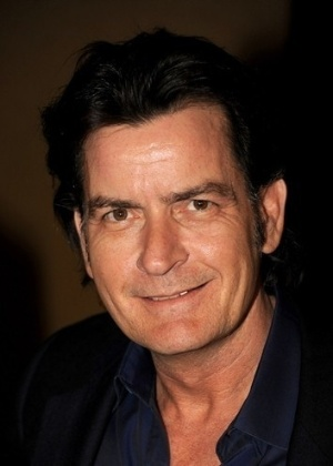 Charlie Sheen utiliza o sobrenome, também artístico, do pai Martin Sheen (que se chama Ramón Gerardo Antonio Estévez). O astro mulherengo foi batizado como Carlos Irwin Estevez