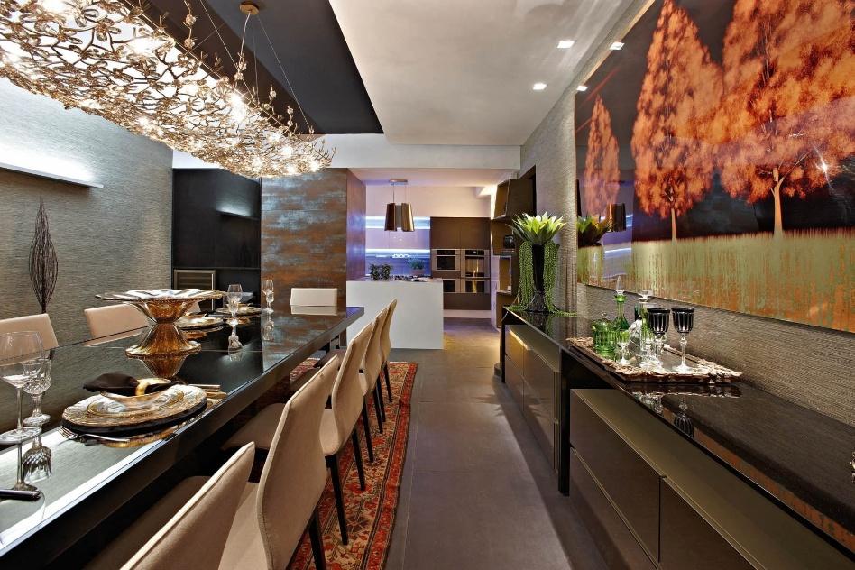 Cristina Morethson e Ângelo Coelho projetaram a Contemporain Cuisine integrada à sala de jantar. O destaque da iluminação fica por conta do extenso lustre em cristal âmbar Scatto, que percorre a mesa de jantar. A Casa Cor MG fica em cartaz até 16 de outubro de 2012, em Belo Horizonte