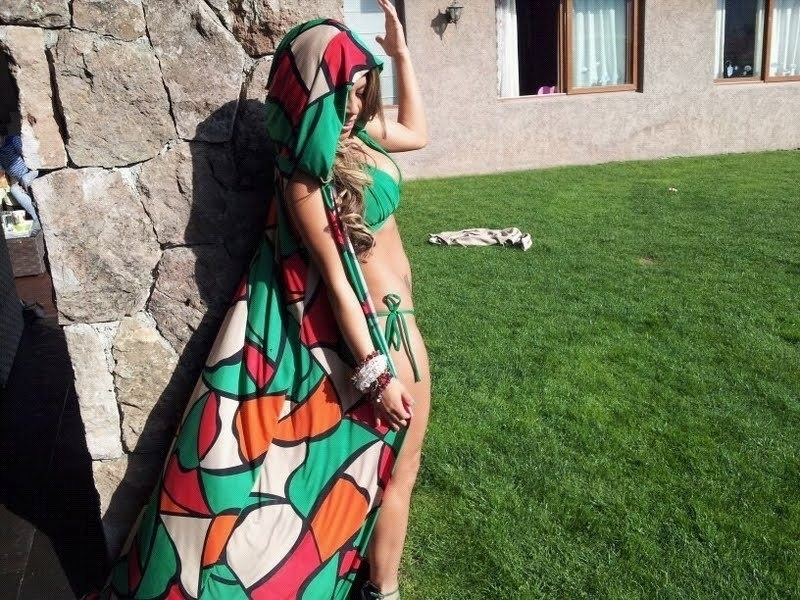 Daniela Aranguiz, mulher de Valdivia, posa para divulgar marca de biquini de sua amiga