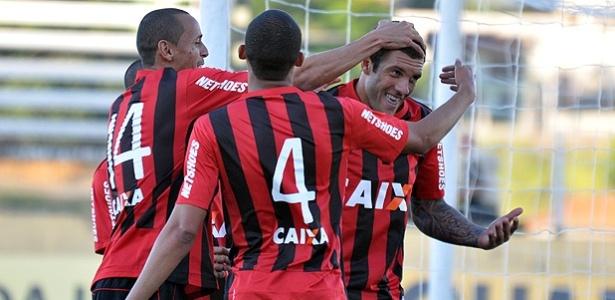 Jogadores do Atlético-PR comemoram gol na derrota para o Bragantino