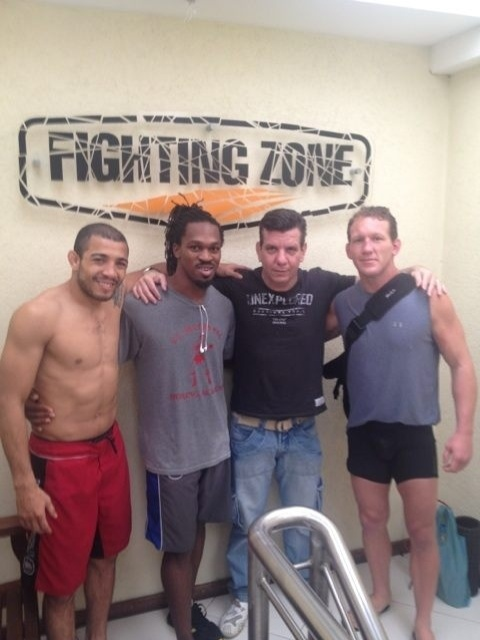 Jos Aldo recebe a visita do colega de UFC Gray Maynard (d) durante os treinos no Rio
