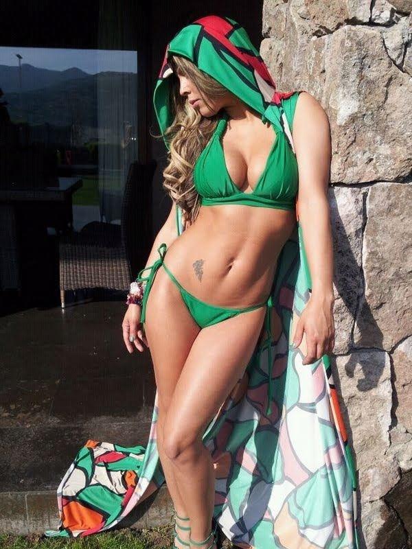 Mulher de Valdivia, Daniela Aranguiz posa de biquini e nega rumores sobre separação. A modelo ficou no Chile e o marido voltou para o Brasil após um sequestro-relâmpago