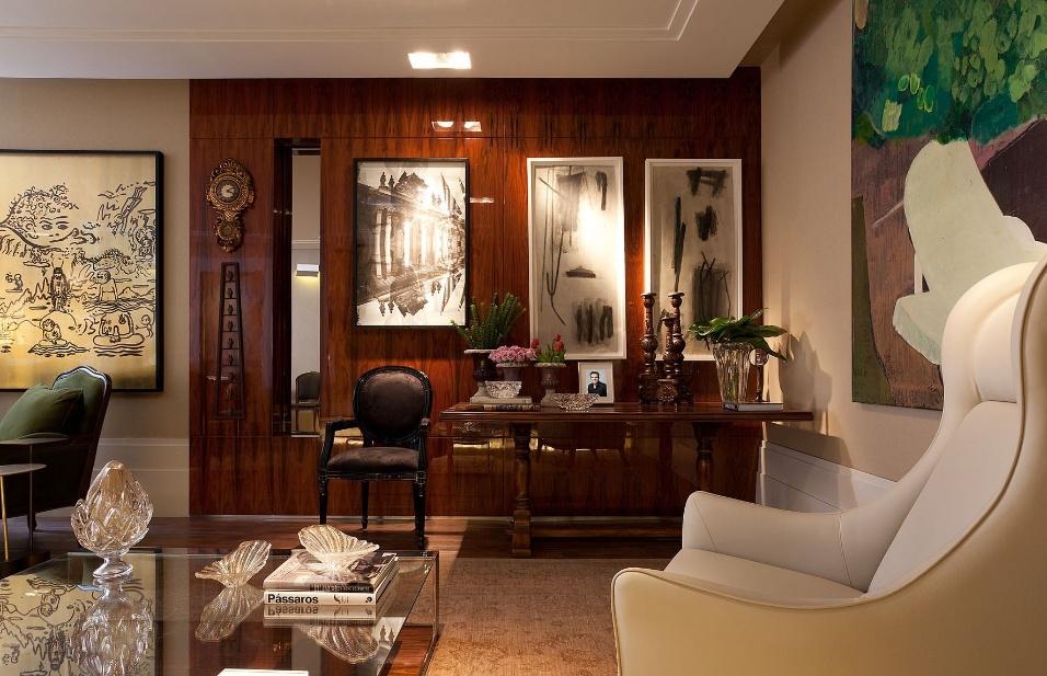 O Living do Colecionador, criado pelo arquiteto Luís Fábio Rezende de Araújo, tem luzes focadas que dão ênfase à coexistência de objetos modernos e antigos.  A Casa Cor MG fica em cartaz até 16 de outubro de 2012, em Belo Horizonte