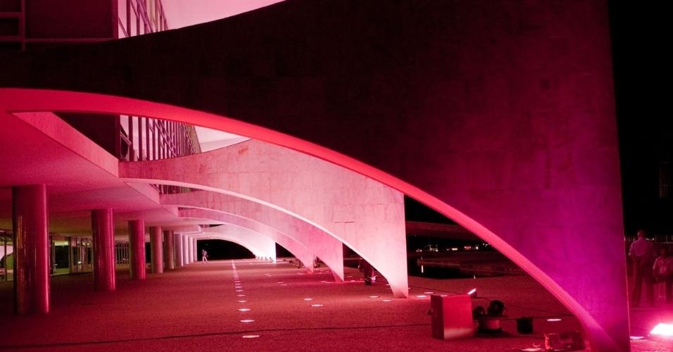 Palácio do Planalto ganhou iluminação cor-de-rosa em apoio à campanha internacional Outubro Rosa, de prevenção ao câncer de mama