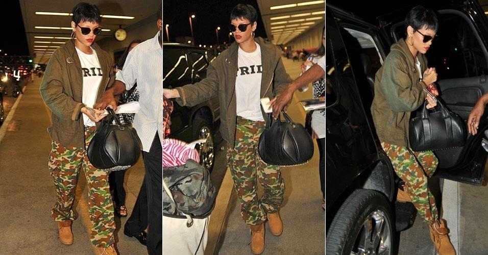 Rihanna chega ao aeroporto LAX, em Los Angeles, usando calças de camuflagem (1/10/12)