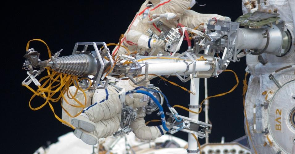 02.out.2012 - Cosmonautas russos fazem reparos na Estação Espacial Internacional, complexo orbital que receberá dupla de astronautas para missão de 1 ano em 2015. Se a expedição der certo, é possível que o país estenda a duração das missões na ISS, que atualmente são de seis meses