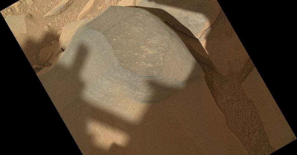 02.out.2012 - O Curiosity fez uma série de oito fotografias de uma rocha para testar os equipamentos do seu braço robótico, no seu 54º dia em Marte (que corresponde ao dia 30 de setembro), divulgou a Nasa (Agência Espacial Norte-Americana) nesta terça-feira (2). A câmera Mahli, que fica acoplada no braço do robô, ficou a 27 centímetros do topo da pedra 'Bathurst Inlet', que ocupa uma pequena área (cerca de 16 centímetros por 12 centímetros)