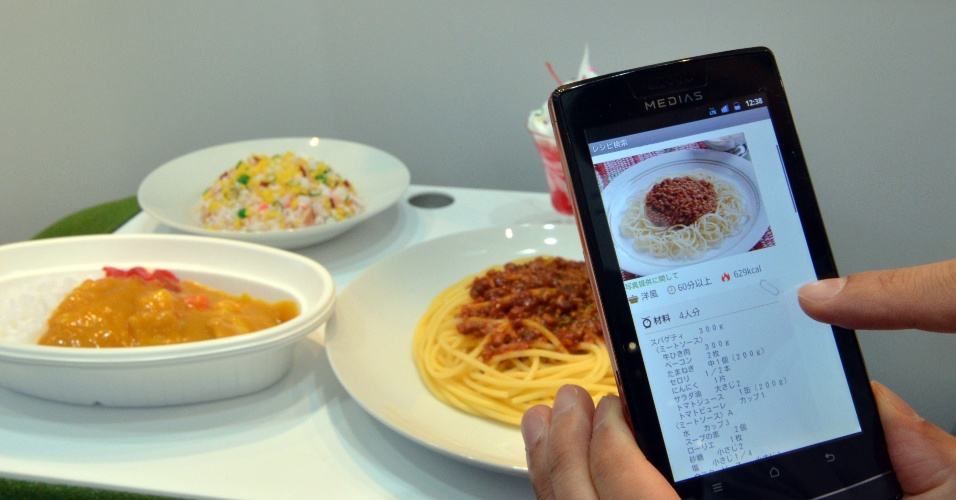2.out.2012 - A empresa de eletrônicos NEC aposta na tecnologia de reconhecimento facial de seus smartphones para que os aparelhos forneçam informações relacionadas ao item exibido na tela (um vinho ou prato de comida, por exemplo). O Google tem uma ferramenta parecida, o Goggles, que usa a foto tirada com o celular para fazer buscas. A novidade da NEC foi exibida na feira Ceatec, realizada em Tóquio, no Japão