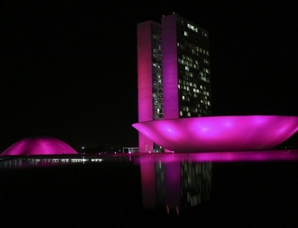 2.out.2012 - Congresso Nacional iluminado de rosa em homenagem ao movimento Outubro Rosa. O movimento existe no mundo inteiro e tem o objetivo de promover a luta contra o câncer de mama