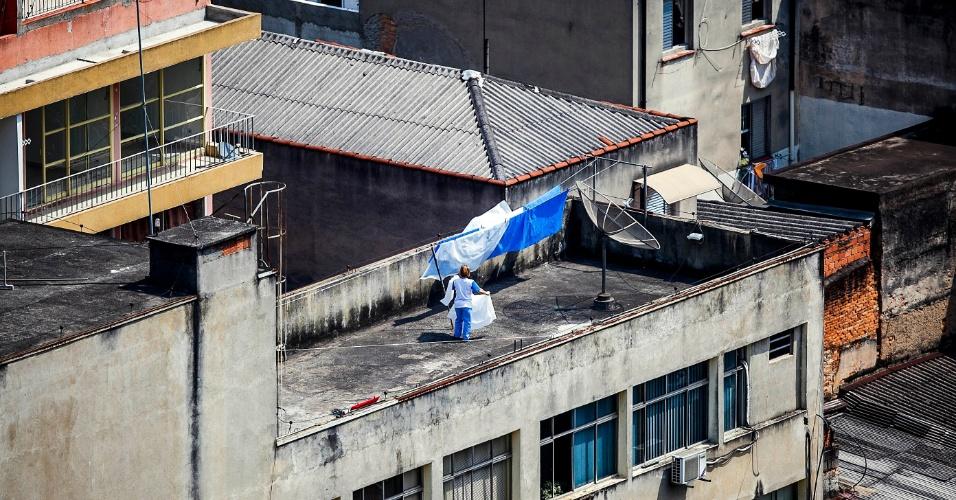 2.out.2012 - Mulher aproveita o clima seco para pendurar roupas para secar, próximo ao vale do Anhangabaú, no centro de São Paulo. Às 16h00, o CGE registrava 29°C e 45% de umidade relativa do ar