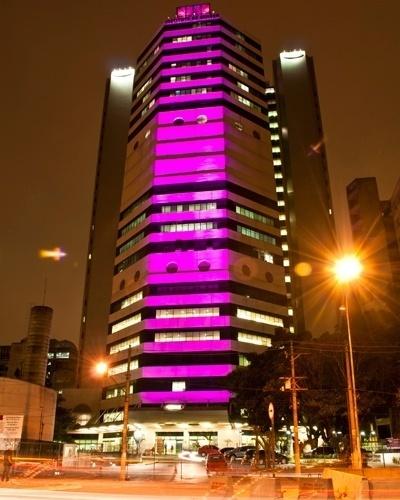 2.out.2012 - O Instituto do Câncer de São Paulo recebe iluminação nos tons de rosa durante o mês de outubro para incentivar o exame preventivo do câncer de mama