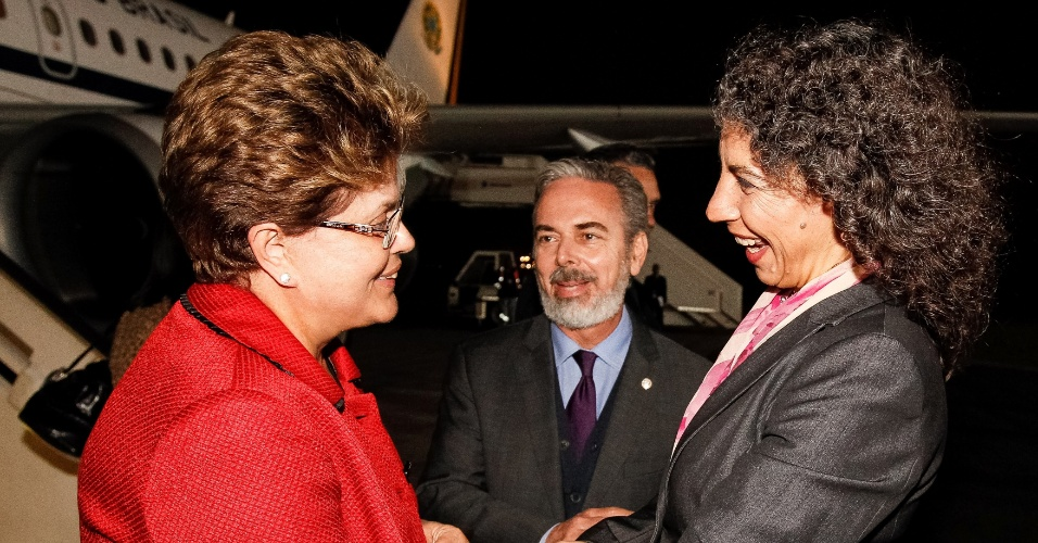 2.out.2012 - Presidente Dilma Rousseff chega na madrugada desta terça-feira (2), em Lima, no Peru. Dilma passa o dia na capital peruana, onde participa da 3ª Cúpula de Chefes de Estado e de Governo América do Sul?Países Árabes (Aspa). É o primeiro encontro entre líderes das duas regiões desde o início da chamada Primavera Árabe