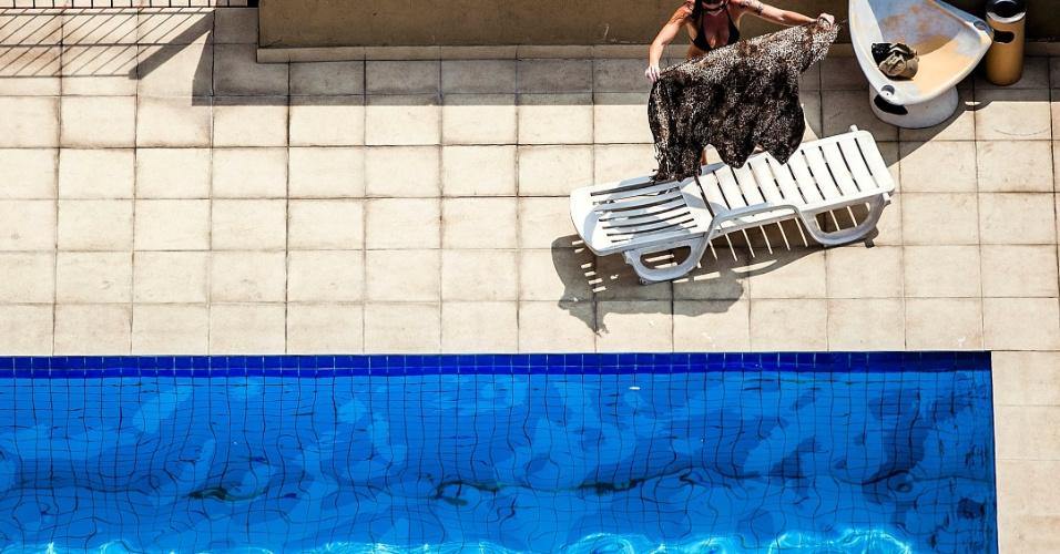2.out.2012 - Turista se refresca em hotel no centro de São Paulo. Às 16h00 o CGE registrava 29°C e 45% de umidade relativa do ar