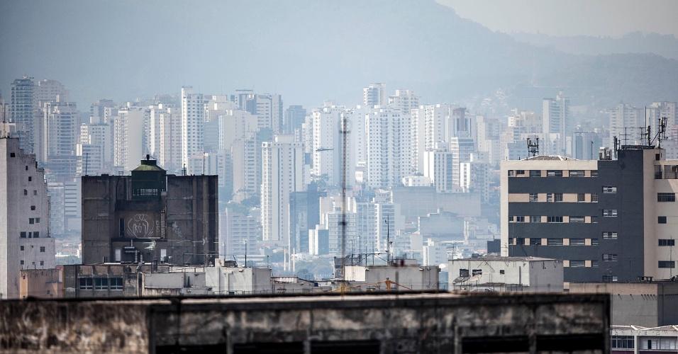2.out.2012 - Zona norte de São Paulo, vista do vale do Anhangabaú, centro da cidade, em dia de calor e tempo seco. Às 16h00 de terça-feira (2), o CGE registrava 29°C e 45% de umidade relativa do ar