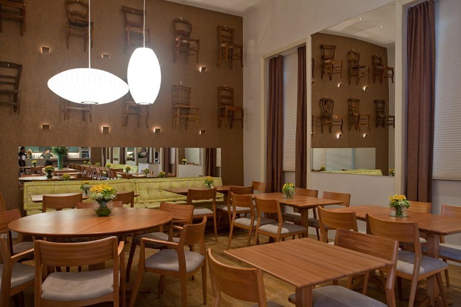 A arquiteta Angela Leite Barbosa criou um Restaurante com 70 lugares. No ambiente, destaque para o painel de cadeiras - modernas e antigas - instalado em uma das paredes. A Casa Cor RJ vai de 03 de outubro a 19 de novembro de 2012, no Rio de Janeiro
