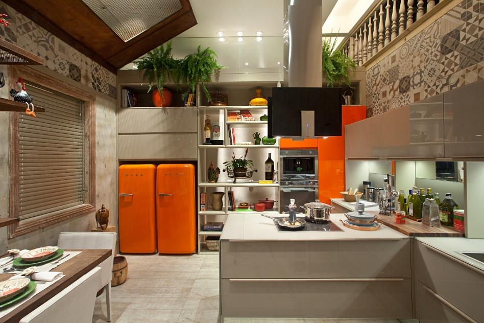 A dualidade entre rústico e moderno dão o tom da Cozinha criada por Lia Lamego e Fernanda Mancini. No ambiente, geladeiras laranjas são combinadas com piso de porcelanato rústico e um patchwork de revestimentos nas paredes, entre os quais, ladrilhos hidráulicos. A Casa Cor RJ vai de 03 de outubro a 19 de novembro de 2012, no Rio de Janeiro