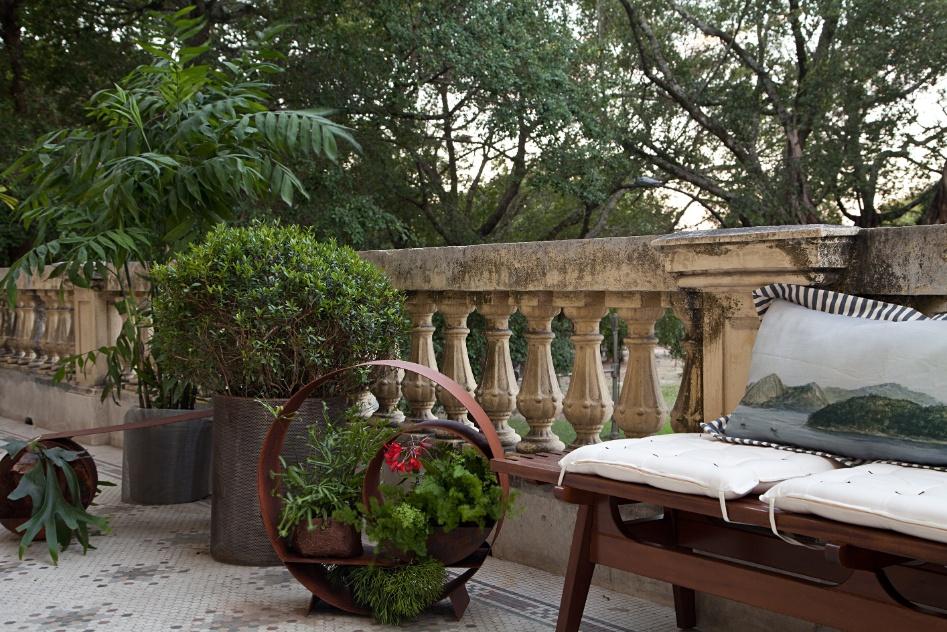 A paisagista Maritza de Orleans e Bragança misturou aço corten e os mais variados tipos de flores e plantas para fazer as esculturas de sua Varanda. A Casa Cor RJ vai de 03 de outubro a 19 de novembro de 2012, no Rio de Janeiro