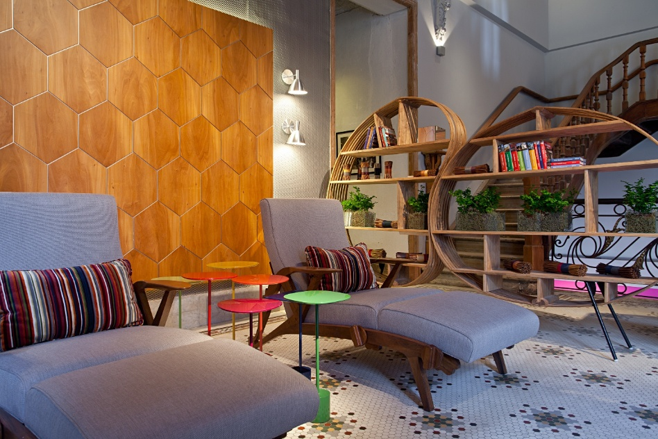 Andrea Chicharo projetou a Sala de Convivência com piso mosaico colorido - original - e parte das paredes recobertas por imensos painéis flutuantes de madeira, criação da arquiteta. A Casa Cor RJ vai de 03 de outubro a 19 de novembro de 2012, no Rio de Janeiro