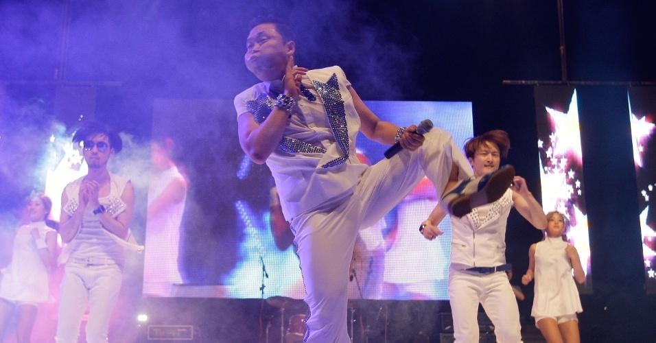 """Ao lado de dançarinos, o astro do pop coreano, o cantor Psy canta o hit """"Gangnam Style"""" em show na Coréia do Sul (25/9/12)"""