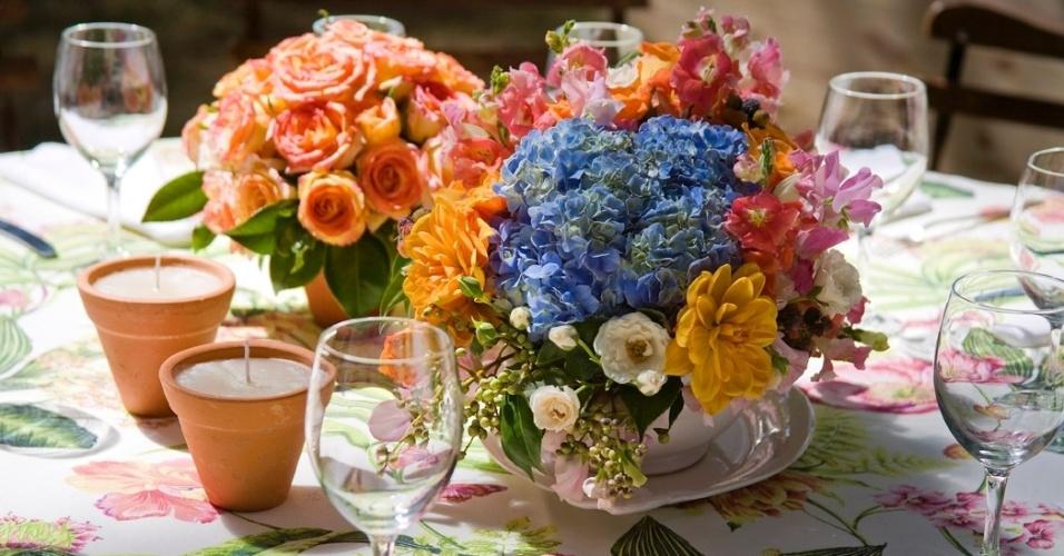 Arranjo de mesa com dálias, beladonas, goivos e hortênsias. Decoração feita designer floral Lucia Milan (www.luciamilan.com)