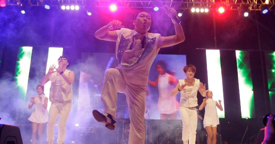 "Astro do pop coreano, o cantor Psy canta o hit ""Gangnam Style"" em show na Coréia do Sul (25/9/12)"