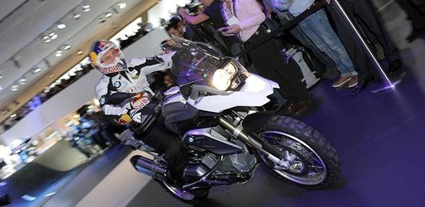 Piloto desceu as escadas do estande com a nova R1200 GS para mostrar os atributos off-road da moto