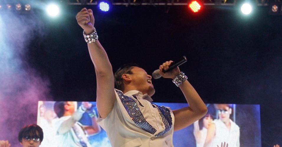 Depois de ser listado nas paradas de sucessos americana e britânica, o atro do pop coreano Psy faz show para plateia numerosa em Suwon, Coreia do Sul (25/9/12)