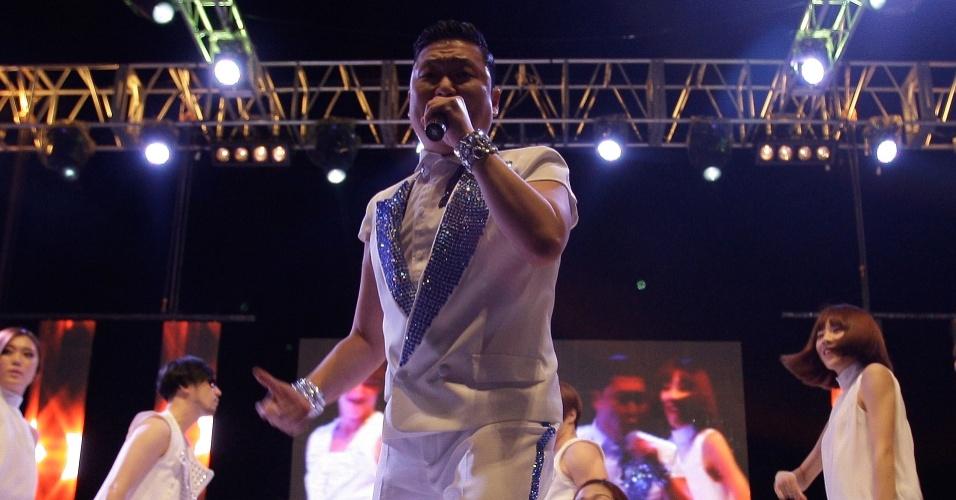 Depois de ser listado nas paradas de sucessos americana e britânica, o atro do pop coreano Psy faz show para plateia numerosa em Suwon, Coréia do Sul (25/9/12)