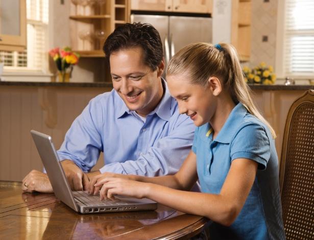 Em pesquisa, pais citam escola, meios de comunicação e governo para educar crianças sobre a internet