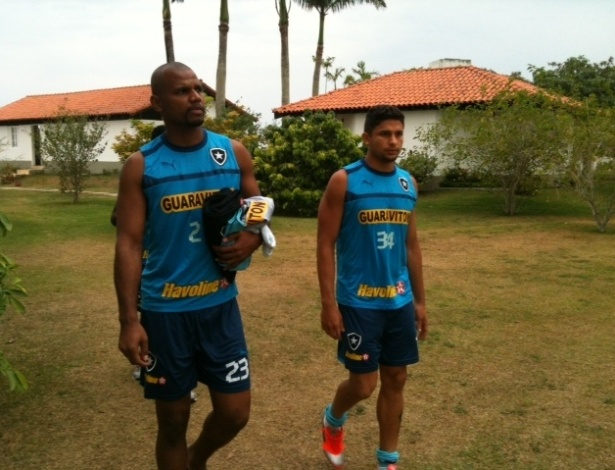 Jefferson e Elkeson caminham pelo centro de treinamento da CBV, em Saquarema
