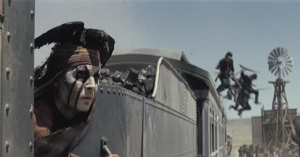 """Johnny Depp em cena de """"O Cavaleiro Solitário"""", que estreia nos Estados Unidos no dia 3 julho de 2013"""