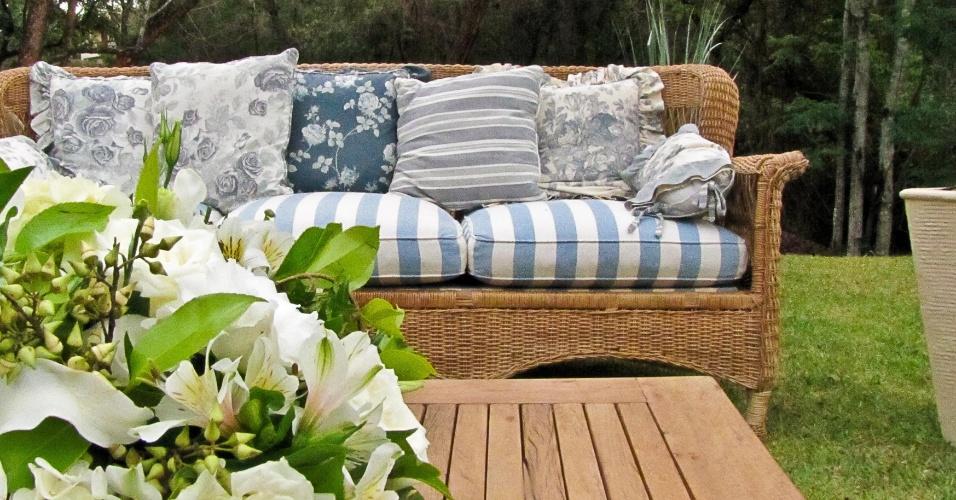No gramado da festa, esses lounges para os convidados contam com arranjo de astromélias off-white, rosas brancas e hortênsias. Decoração feita pela empresa Cenográphia (www.cenographia.com.br)