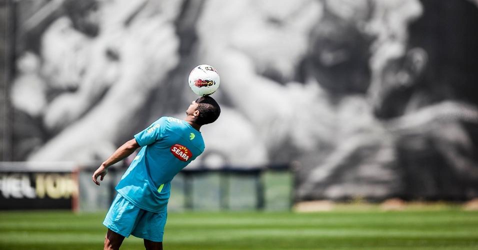 Lucas brinca e faz malabarismo no treino da seleção brasileira