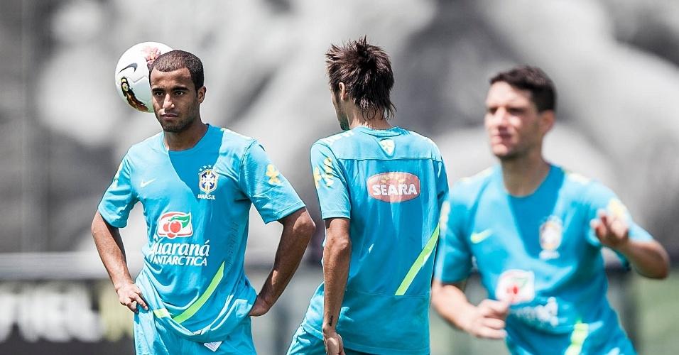 Lucas leva as mãos à cintura durante o treino da seleção brasileira em São Paulo