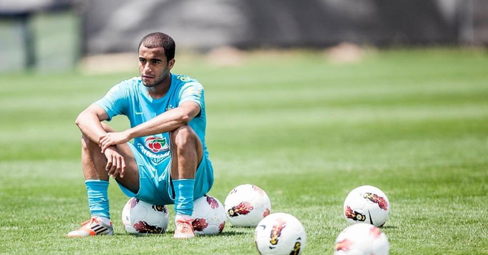 Lucas relaxa durante o treino da seleção brasileira em São Paulo