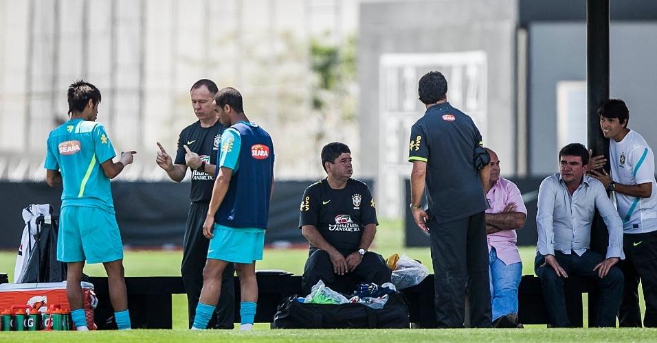 Mano Menezes passa instruções a Lucas e Neymar durante treino