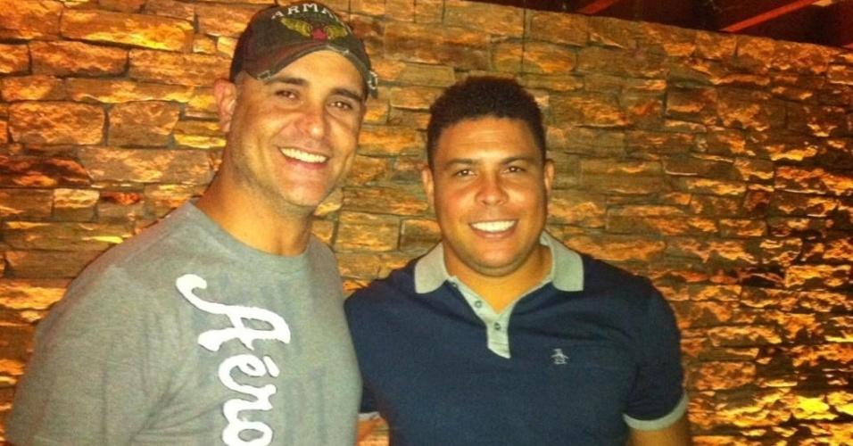 Marcos (e) e Ronaldo posam juntos em visita do ex-goleiro à agência de marketing do ex-atacante (02/10/2012)