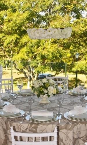 Mesa de um almoço primaveril, com hortênsias, lisiantus, gardênias, rosas e spray brancos. Decoração feita pela Titina Leão (www.titinaleaofestas.com.br)