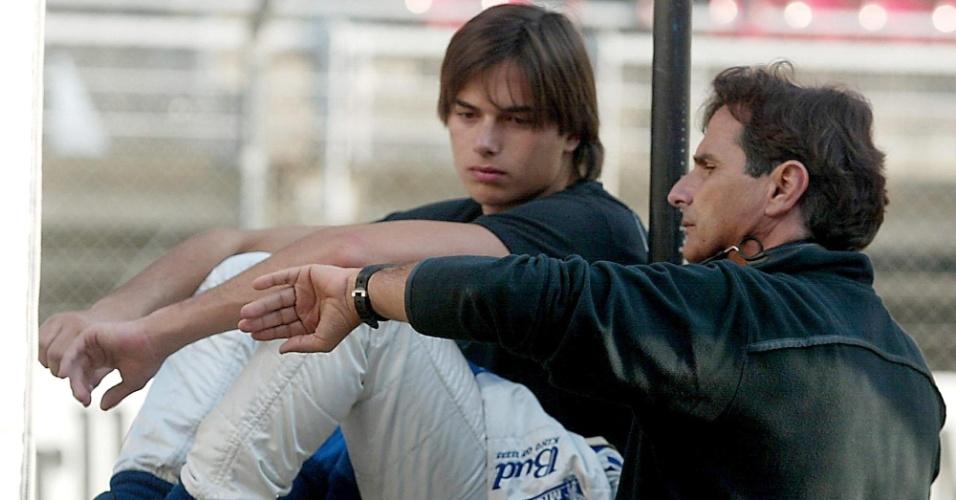 Nelsinho (e) conversa com Nelsinho Piquet durante treino em Barcelona, na época em que o rapaz era piloto de testes da Williams (03/02/2004)