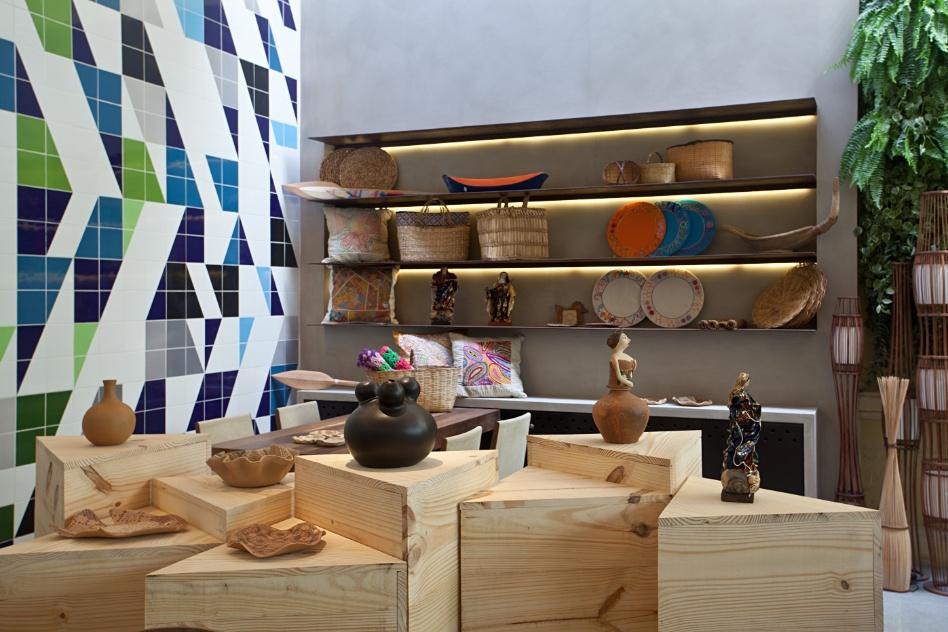 No Armazém e Café Sebrae, assinado por Diego Uribbe, Duke Cappelão e Rodrigo Kallache, estantes de aço corten e tecnocimento expõem os produtos artesanais. A Casa Cor RJ vai de 03 de outubro a 19 de novembro de 2012, no Rio de Janeiro
